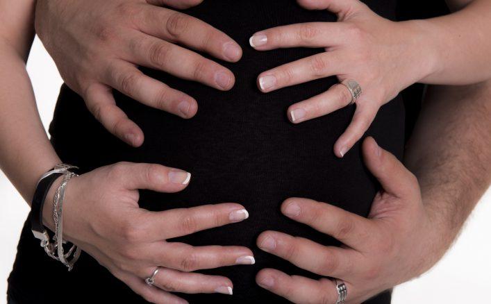 ręce na ciążowym brzuszku