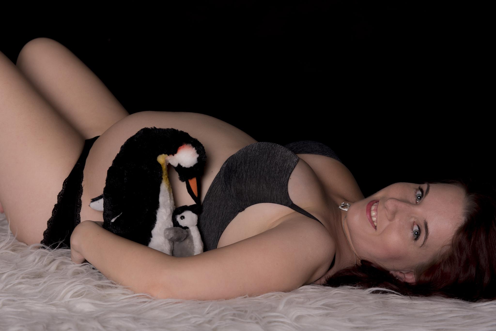 brzuszkowa sesja zdjęciowa z pingwinem